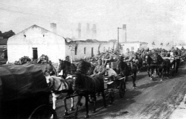 Niemieckie wojska wkraczające do Łęczycy w połowie września 1939 r. Jak widać na zdjęciu, niemieckie dywizje piechoty również miały tabory i artylerię o ciągu konnym.
