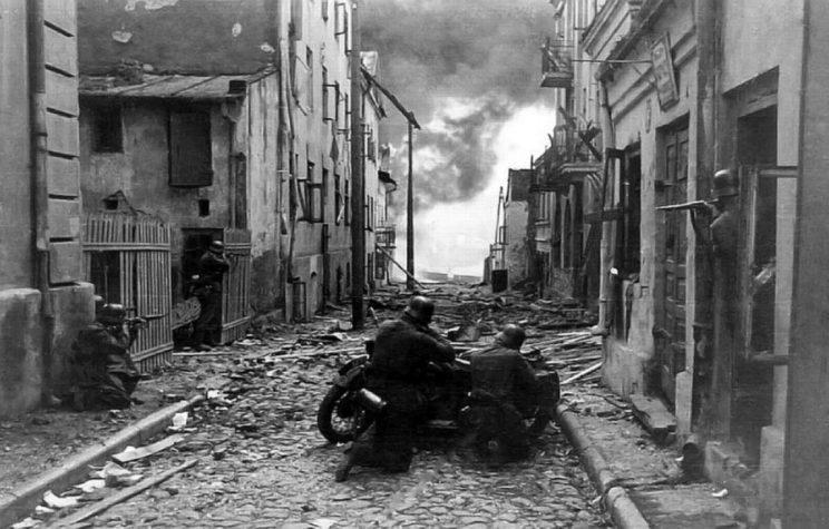 Niemieccy piechurzy zmotoryzowani z 4. Dywizji Pancernej (XVI Korpus Zmotoryzowany, 10. Armia) w czasie walk na ulicach w Sochaczewie, połowa września 1939 r.