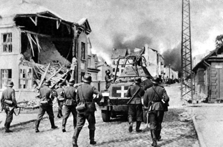Transporter rozpoznawczy SdKfz 232 Schwerer Panzerspähwagen (8-Rad) z batalionu rozpoznawczego 4. DPanc w czasie walk o Sochaczew, połowa września 1939 r.