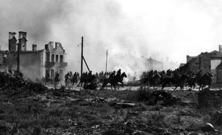 Broniący Sochaczewa drugi batalion 18. pułku piechoty 26. Dywizji Piechoty stracił w walce 80%stanu osobowego. Na zdjęciu: polska kawaleria w trakcie przemarszu przez miasto