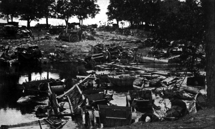 Jeszcze jedno smutne zdjęcie pobojowiska w miejscu forsowania Bzury we wrześniu 1939 r. przez polskie jednostki uchodzące przed niemieckim okrążeniem pod Sochaczewem i Brochowem.