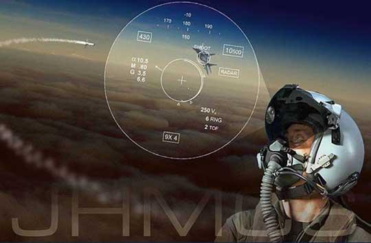 """Wyświetlacze HMD są szczególnie przydatne podczas śledzenia celu techniką """"off boresight"""", gdy cel nie znajduje się bezpośrednio przed samolotem. Informacje o celu są wyświetlane na wizjerze hełmu w postaci symboli, które zawsze znajdują się w polu widzenia pilota. Dzięki temu może on bez przeszkód skoncentrować się na manewrowaniu i obsłudze uzbrojenia"""