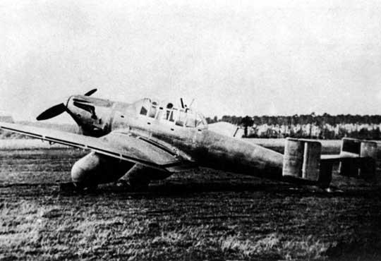 Junkers Ju 87 V1, W.Nr. 4921 z silnikiem Rolls-Royce Kestrel V o maksymalnej mocy startowej 525 KM i podwójnym usterzeniem pionowym.
