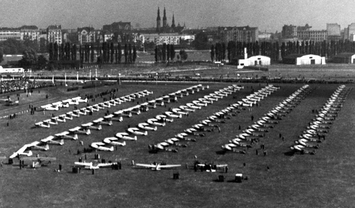 Lotnisko Mokotowskie. Przekazanie 123 samolotów, ufundowanych przez społeczeństwo, za pośrednictwem Komitetu Żwirki i Wigury LOPP; 26 września 1937 r.Lotnisko Mokotowskie. Przekazanie 123 samolotów, ufundowanych przez społeczeństwo, za pośrednictwem Komitetu Żwirki i Wigury LOPP; 26 września 1937 r.