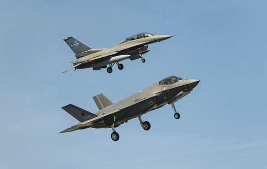 Dotychczas Lockheed Martin zmontował ioblatał cztery F-35A dla Turcji, które trafiły do bazy Luke wArizonie, gdzie służyły do szkolenia tureckiego personelu. Według planów, pierwsze F-35A miały dotrzeć do Turcji wlistopadzie tego roku, łącznie Ankara deklarowała chęć zakupu nawet 100 egzemplarzy, liczba ta mogła objąć także wersję F-35B. Fot. Clinton White.