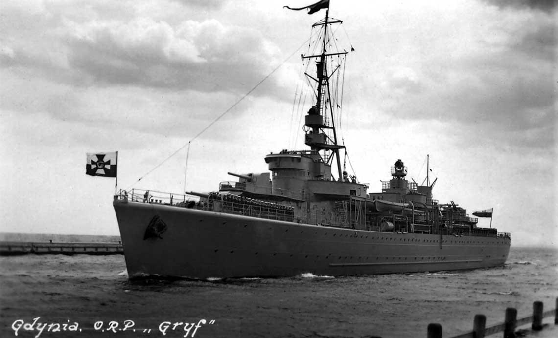 Jedno z najpiękniejszych zdjęć stawiacza min ORP Gryf; okręt wchodzi wejściem południowym do portu w Gdyni; 6 marca 1938 r.