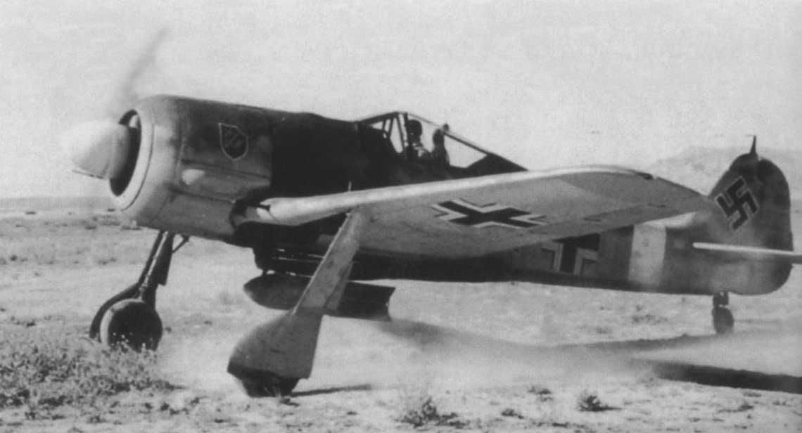"""Oblt. Fritz Schröter, dowódca III,/SKG 10 w kabinie swojego samolotu, Fw 190 A-4, W.Nr. 0142 327, """"czarny <<+""""."""