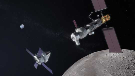 Orion zbliża się do okołoksiężycowej stacji kosmicznej LOP-G (Lunar Orbital Platform - Gateway) w wersji rozbudowanej.