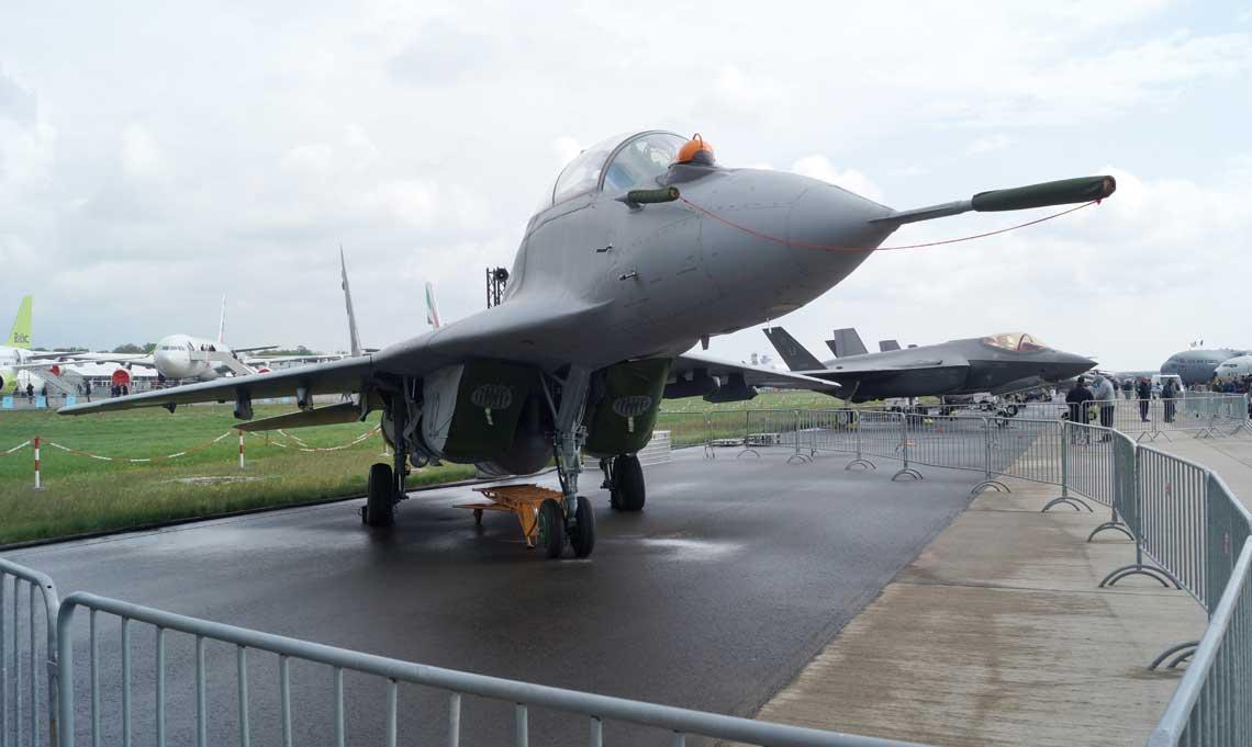 """""""Prorocze"""" ustawienie samolotów na salonie ILA 2018 w Berlinie, na pierwszym planie MiG-29UB, za nim F-35A."""