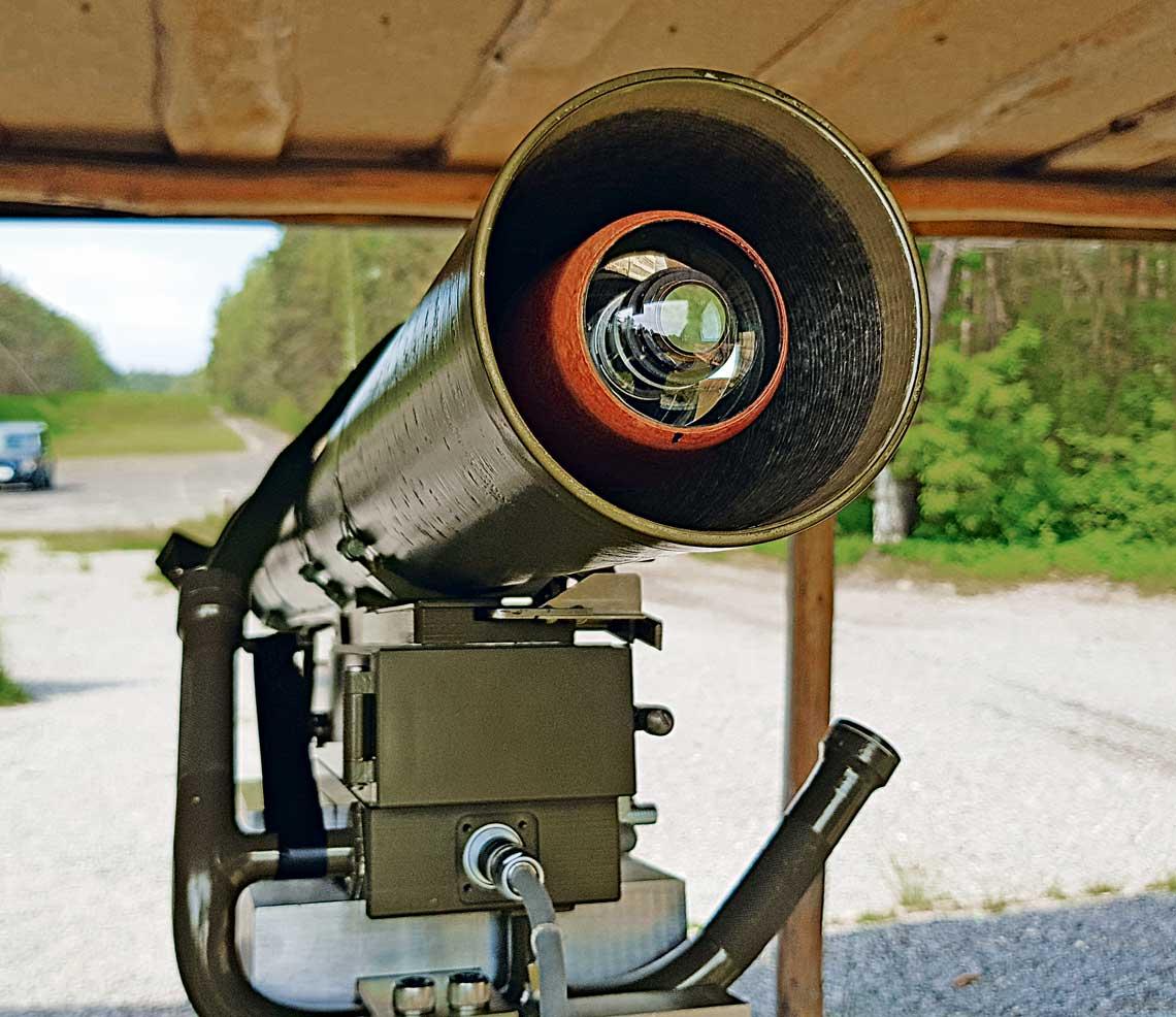 Przeciwpancerny pocisk kierowany Pirat wpojemniku transportowo-startowym na wyrzutni imoment tuż przed jego trafieniem wtarczę podczas prób wsierpniu tego roku.