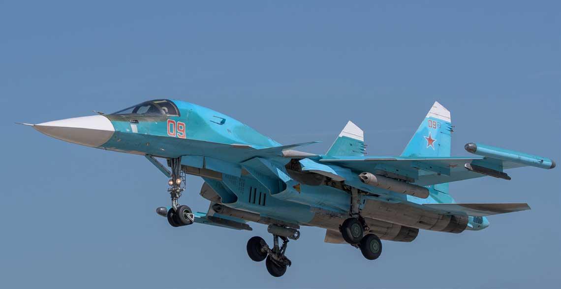 Wyżej: Su-34 z 4 Ośrodka Przygotowania Personelu Latającego i Prób Wojskowych w Lipiecku - zwycięzca w kategorii samolotów bombowych.