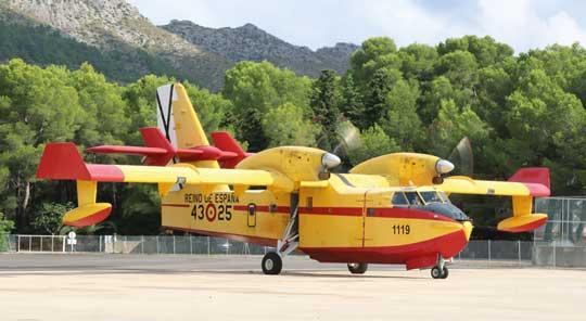 …Tylko trzy samoloty-amfibie CL-415 są własnością Ministerstwa Obrony Hiszpanii, właścicielem pozostałych  (14 CL-215T  i 1 CL-415) jest Ministerstwo Rolnictwa, Rybołówstwa  i Żywności.