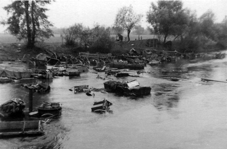 Pobojowisko po forsowaniu Bzury przez wycofujące się oddziały Wojska Polskiego; 16-18 września 1939 r. Jak widać, najbardziej ucierpiały tabory polskich wojsk.