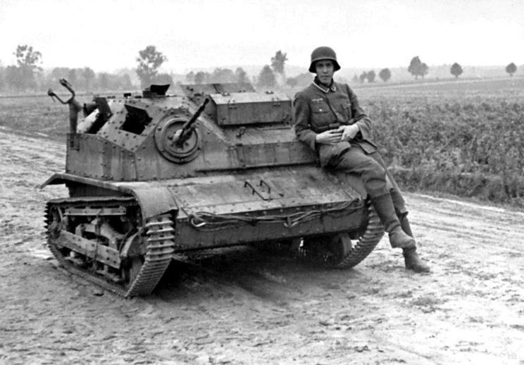 Porzucona, uszkodzona tankietka TKS. Niemal każda polska dywizja piechoty i brygada kawalerii miały kompanię złożoną z 13 wozów tego typu. Brygada Kawalerii miała ponadto 8 samochodów pancernych.
