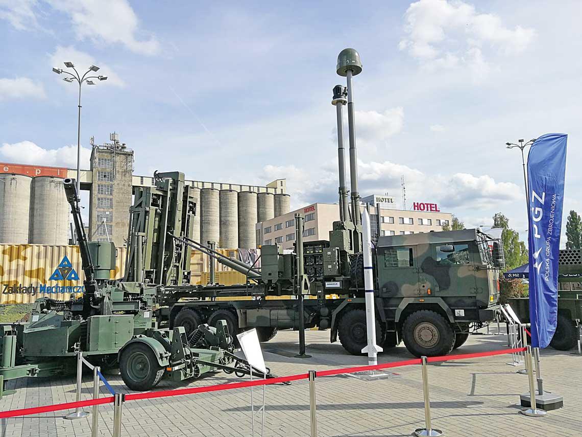 Propozycja wprogramie Narew, czyli wyrzutnia pocisków CAMM osadzona na Jelczu. Makieta pocisku CAMM widoczna zprzodu. Zlewej 35mm armata AG-35 systemu Noteć.