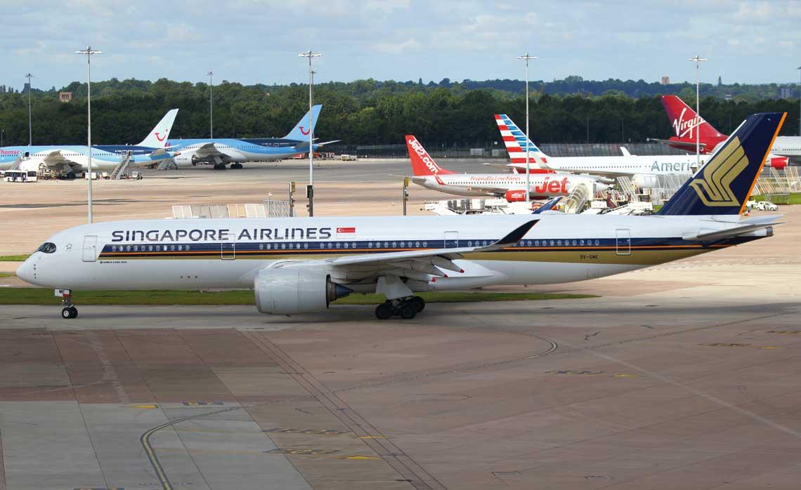 W ubiegłym roku, wodniesieniu do poprzedniego, przewozy pasażerskie na świecie wzrosły o 6,9%, a tonaż ładunków o2,4%. Na zdjęciu: Airbus A350-941 Singapore Airlines wManchester Airport.