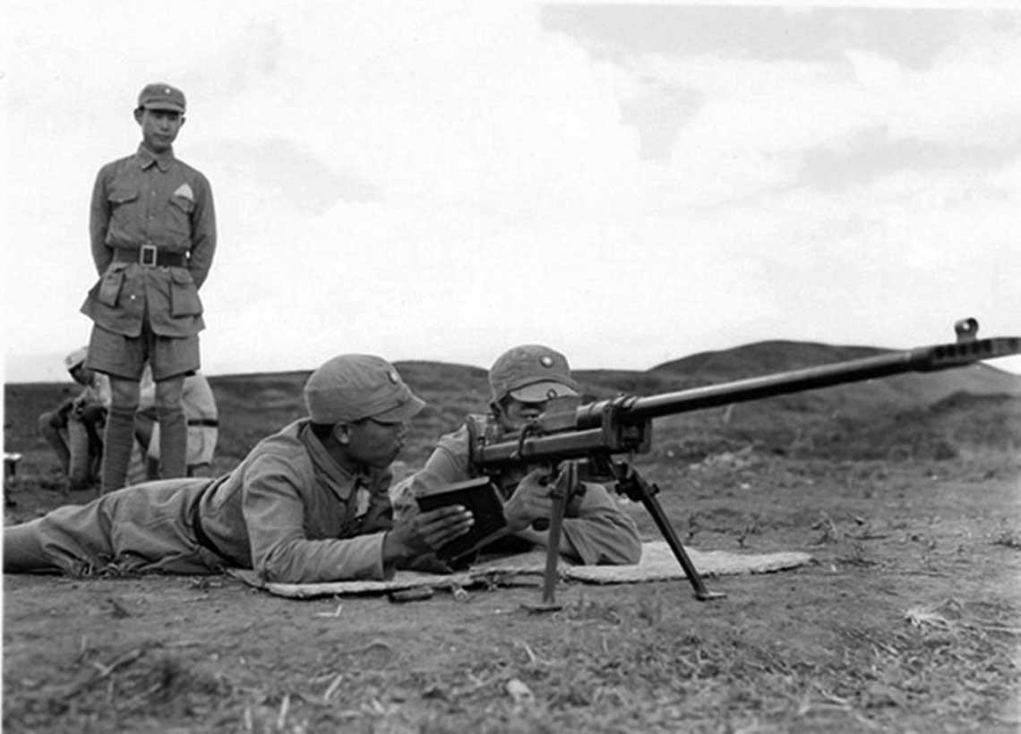 """Karabin-przeciwpancerny-mk-1-boys. Chińscy żołnierze z jednostki Kuomintangu podczas ćwiczeń z karabinem ppanc. Boys; prowincja Junnan, 1944 r. Znany jest co najmniej jeden przypadek efektywnego użycia przez stronę chińską Boysów przeciw japońskim pojazdom pancernym. Chodzi o nocne starcie podczas Japońskiej operacji """"I-Go"""", gdy w nocnej zasadzce pod Chongyangdian w prowincji Henan, zaatakowano 4/5 kwietnia 1945 r. pododdział zjapońskiej 3. DPanc. Tyle źródła chińskie (tajwańskie), wktórych poza wzmianką o zniszczeniu kilku czołgów przeciwnika wspomina się także o śmierci dowódcy japońskiego pododdziału pancernego. Tyle, że w rzeczywistości wzmiankowaną miejscowość zdobyto nie 6 (źródła tajwańskie) a podczas nocnego rajdu pancernego z 11/12kwietnia. Miasto faktycznie opanowano z użyciem czołgów i towarzyszącego im pododdziału piechoty zmotoryzowanej, które wnocy wdarły się do niego. Była to kompania zwiadowcza w sile 12 czołgów lekkich Typ95 Ha-Go (1.Kompania zoddziału rozpoznawczego 3. DPanc) i – według strony japońskiej, wstarciu nie poniosła strat."""