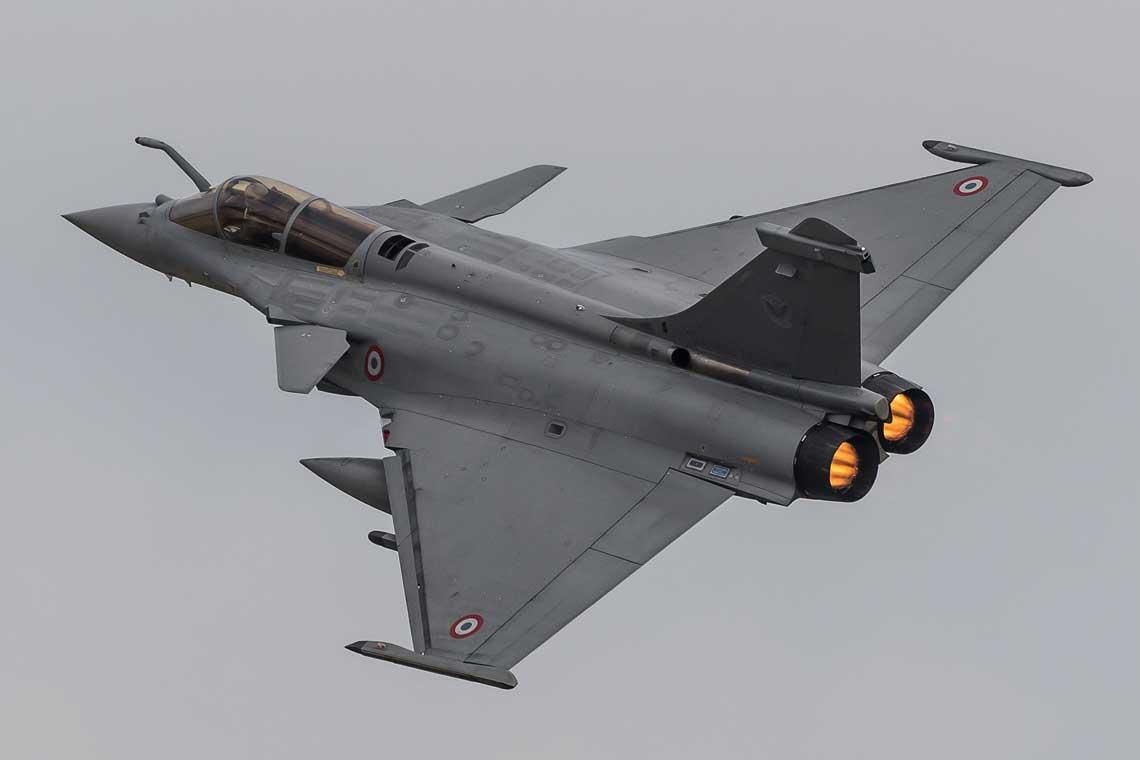 Dassault Rafale jest przez producenta określany jako omni rôle, czyli nadający się do wszystkich zadań, nie tak jak myśliwce wielozadaniowe, które mają rolę pierwszoplanową (samolotu myśliwskiego) i drugoplanową (zazwyczaj samolotu bombowego, szturmowego itp.). Dassault używa określenia omni rôle do zaakcentowania zdolności Rafale do przestawienia się zjednej roli na inną podczas wykonywania zadania. Pierwszym samolotem o takich własnościach był amerykański McDonnell Douglas F/A-18 Hornet.