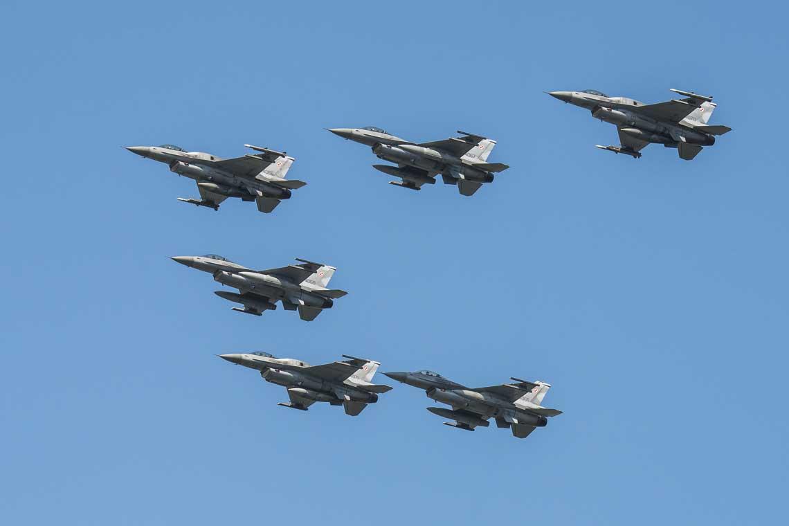 Największe ugrupowanie samolotów bojowych na katowickim niebie. Tworzące je sześć myśliwców F-16 Jastrząb pochodziło z32. BLT w Łasku.