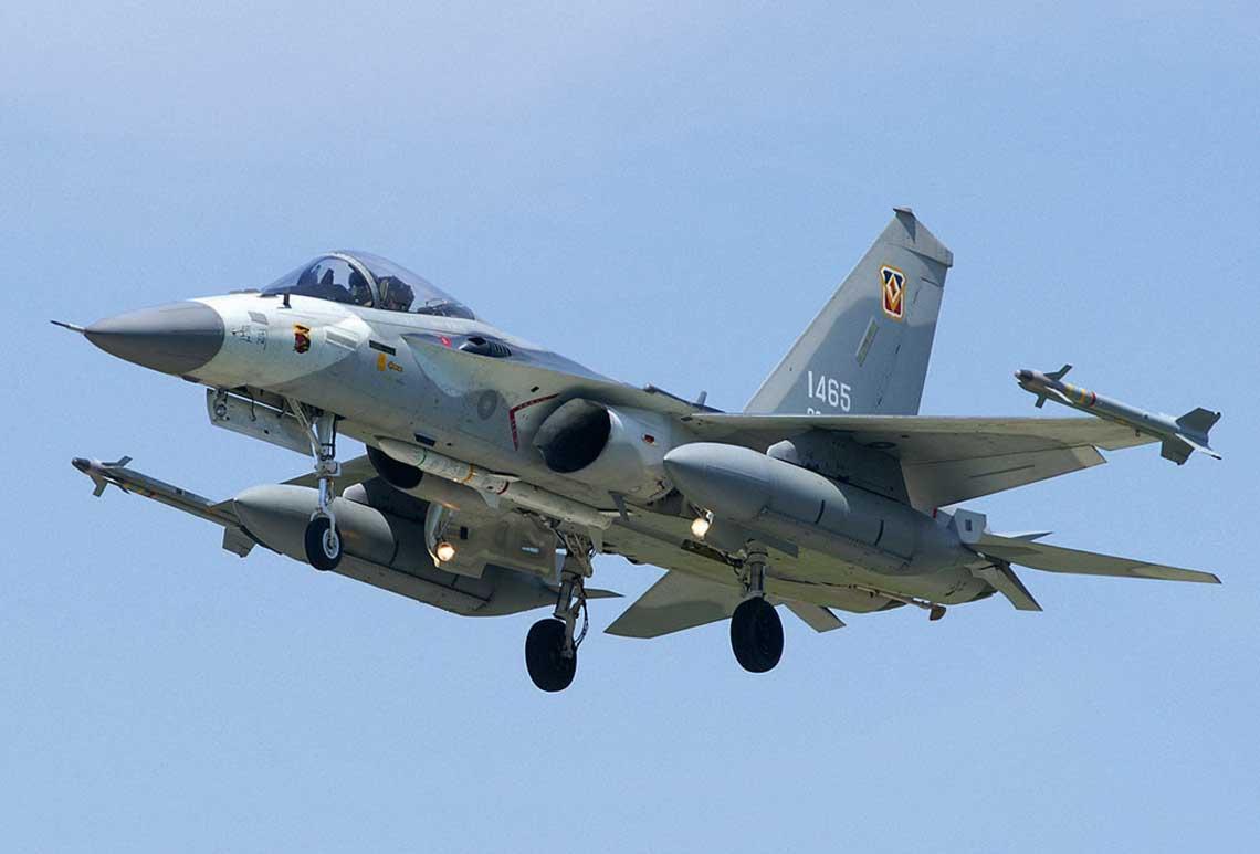 """Samolot myśliwski F-CK-1A Ching-kuo. Pod kadłubem widzimy kierowany pocisk rakietowy """"powietrze-powietrze"""" średniego zasięgu Tien Chien 2."""