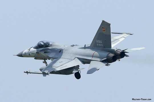 """AIDC F-CK-1A Ching-kuo. Na końcówce skrzydła uwagę zwraca wyrzutnia zkierowanym pociskiem rakietowym """"powietrze-powietrze"""" małego zasięgu Tien Chien 1."""