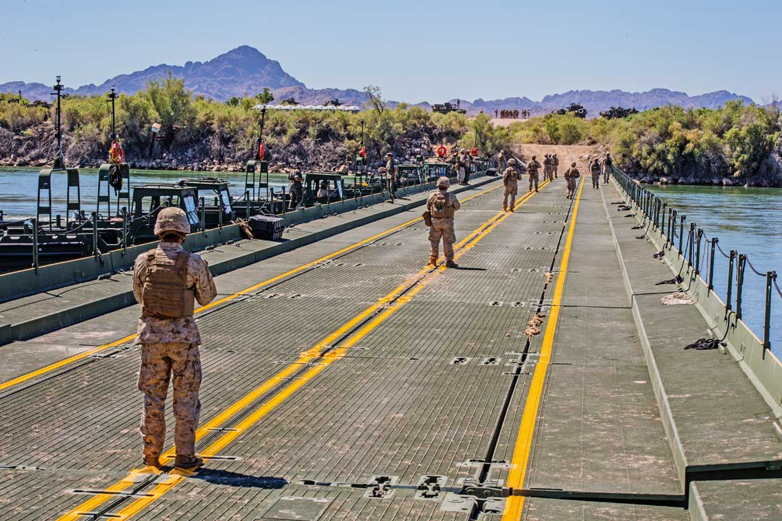 Most pontonowy IRB postawiony na rzece Kolorado przez saperów USMC, którzy czekają na przejazd opancerzonych wozów bojowych.