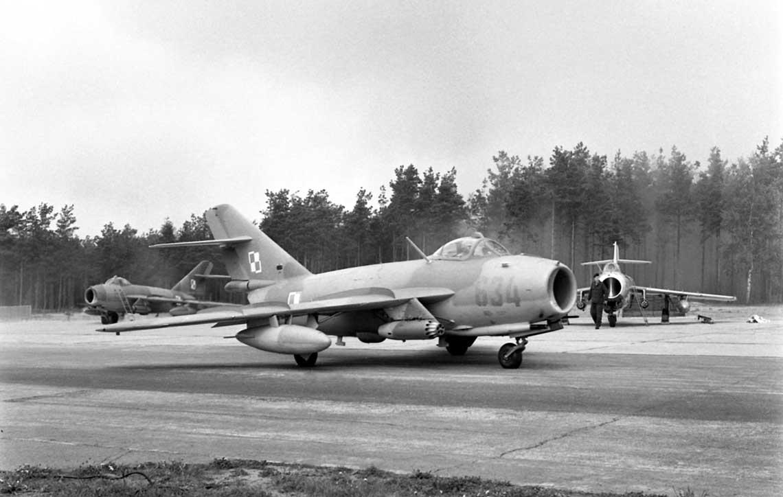 Lim-6bis w wielobarwnym malowaniu na lotnisku 7. pułku lotnictwa myśliwsko-bombowego Marynarki Wojennej w Siemirowicach; lataosiemdziesiąte.
