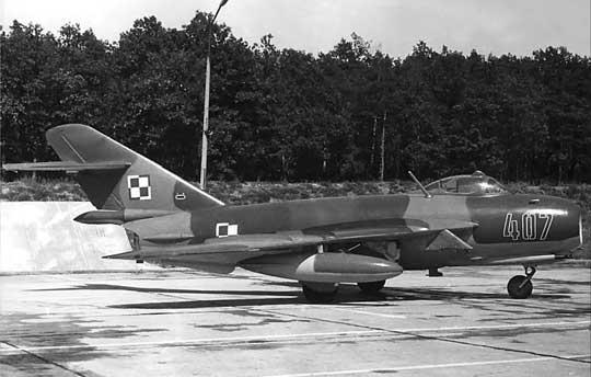 Jeden z Lim-6bis na płaszczyźnie postojowej jednego z lotnisk wojskowych.