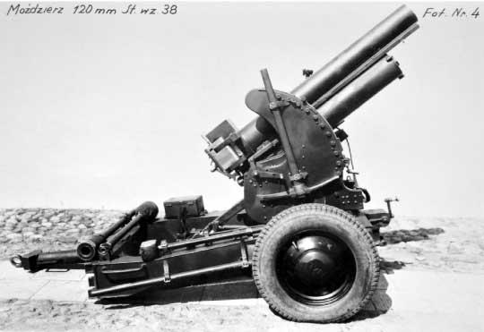 Moździerz kalibru 120 mm widok z prawej strony. Prototypowy egzemplarz wyposażono w koła ogumione, najprawdopodobniej zapożyczone z Polskiego Fiata 508.