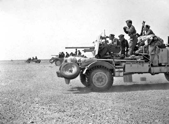 Ćwiczenia w Egipcie z użyciem dział przeciwpancernych Ordnance QF 2-pounder kal. 40 mm ustawionych na ciężarówce. Na samochodzie, od lewej do prawej: celowniczy działa, ładowniczy, dowódca (z lornetką) i kierowca, obsługujący karabin maszynowy Bren kal. 7,7 mm.