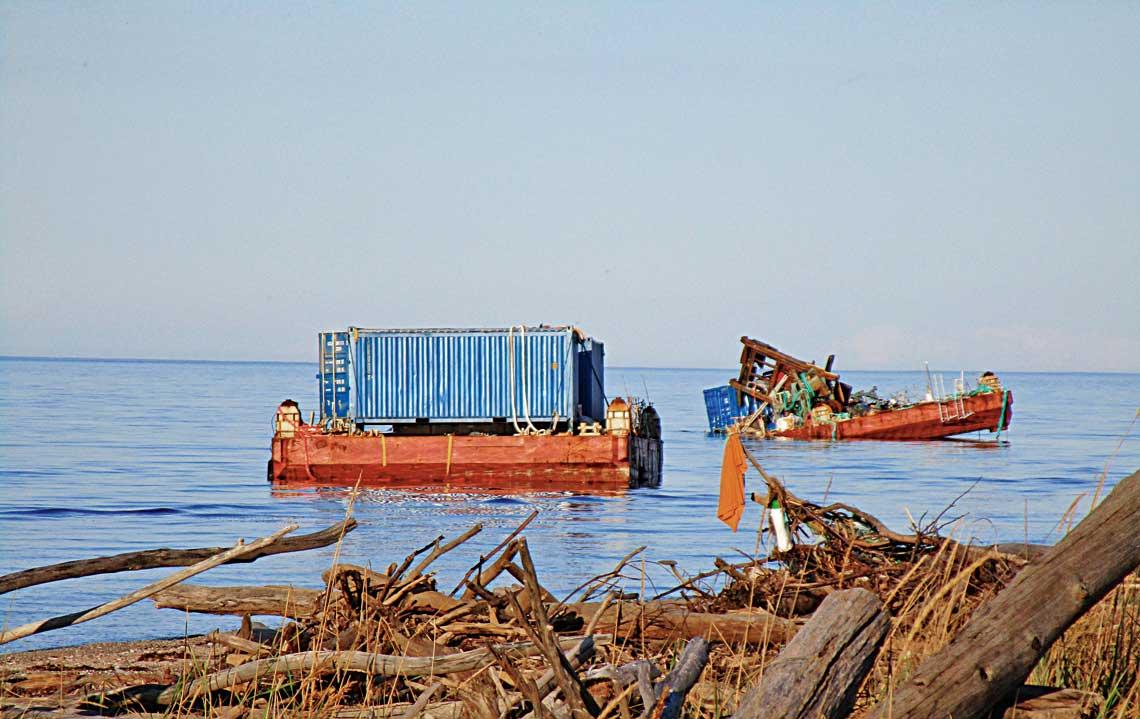 Pontony proj. 114 na brzegu Morza Białego. Widoczny po prawej ma wyraźny przechył i nosi ślady uszkodzeń.