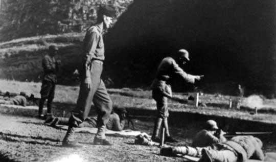 Porucznik Gene Becker w roli instruktora z US Army nadzorujący ćwiczenia chińskich strzelców zjednostki Kuomintangu podczas prowadzenia ognia z karabinów ppanc. Boys; prowincja Junnan, kwiecień 1944 r. Według oficjalnych danych do kwietnia 1945 r. Amerykanie w ramach Lend-Lease wysłali siłom Kuomintangu 6129 karabinów ppanc. Boys. Z tego 4179 dotarło do Chińczyków a resztę – 1950, utracono podczas transportu. Wraz z nimi dostarczono także 1886 bazook oraz 1182 armat ppanc. M3 kal. 37 mm (z wysłanych 1432 egz.; 250 stracono w transporcie).