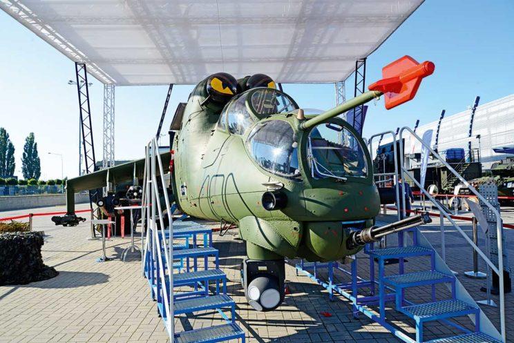 Demonstrator modernizacji śmigłowca Mi-24 autorstwa Polskiej Grupy Zbrojeniowej ijej partnerów, do wykonania którego wykorzystano maszynę wersji W. Widoczna głowica optoelektroniczna Rafael Toplite, atakże czujnik systemu obrony własnej SPS.
