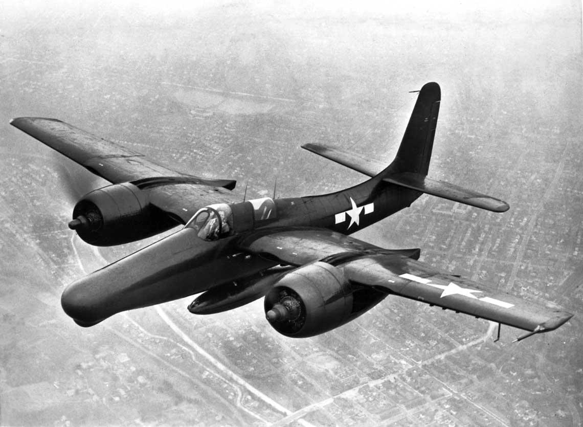 Samolot F7F-3N (BuNo 80549) podczas prób fabrycznych z podwieszeniami zewnętrznymi. Pod kadłubem dodatkowy zbiornik paliwa opojemności 1136 l. W powiększonym nosie kadłuba znajdowała się stacja radiolokacyjna SCR-720.