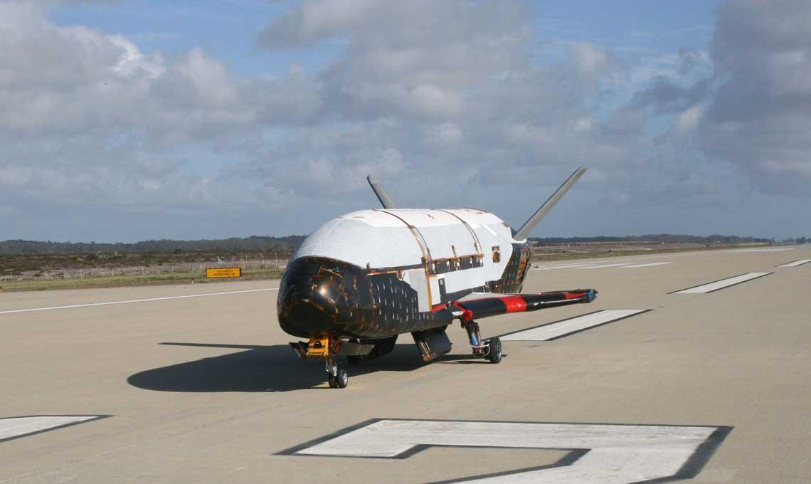 X-37B (OTV-1) podczas testów na lotnisku firmy Astrotech Space Operations, wTitusville na Florydzie; 30 marca 2010 r.