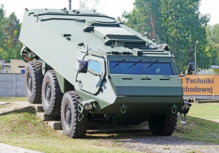 400-konny silnik zapewnia KTO 6×6 doskonałą mobilność w każdym terenie. Zapożyczone z rodziny AMV 8×8 elementy zawieszenia sprawiają, że pojazd jest w stanie pokonać najtrudniejsze przeszkody.