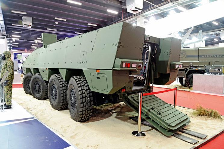 Prototypowy AMV XP od tyłu. Doskonale widoczna rampa zapewniająca dostęp do przedziału desantowego. Prezentowany w Kielcach pojazd nie jest w wariancie pływającym, ale w przypadku instalacji elementów systemu zapewniającego pływanie może samodzielnie pokonywać przeszkody wodne przy maksymalnej masie nawet 26 ton.