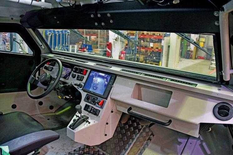 Kabina załogi pojazdu swym układem powtarza rozwiązania z samochodów ciężarowych, co znacznie ułatwia przeszkolenie kierowców.