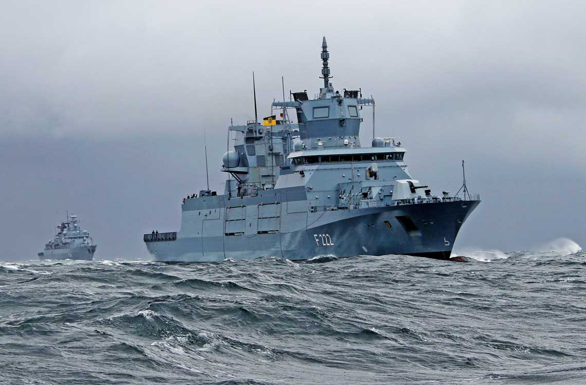 Prototypowa fregata Baden-Württemberg wmorzu, podczas jednego z etapów prób morskich.