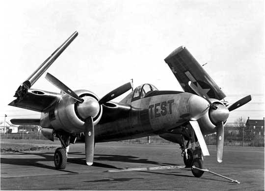 Pierwszy prototyp XF7F-1 (BuNo 03549) ze złożonymi skrzydłami. Do napędu zastosowano silniki Pratt & Whitney R-2800-10. W obu prototypach wiatrochron był wykonany z jednego arkusza szkła organicznego i nie miał szyby kuloodpornej.