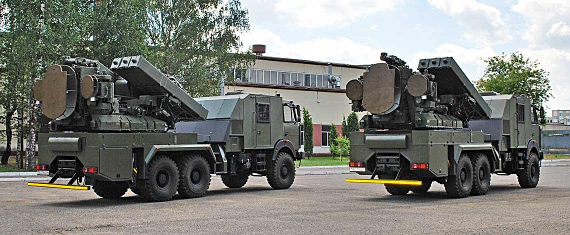 Dwa zmodernizowane przeciwlotnicze rakietowe wozy bojowe 9A33-2B wpołożeniu marszowym sfotografowane na terenie 2566. ZRREW wBorysowie.