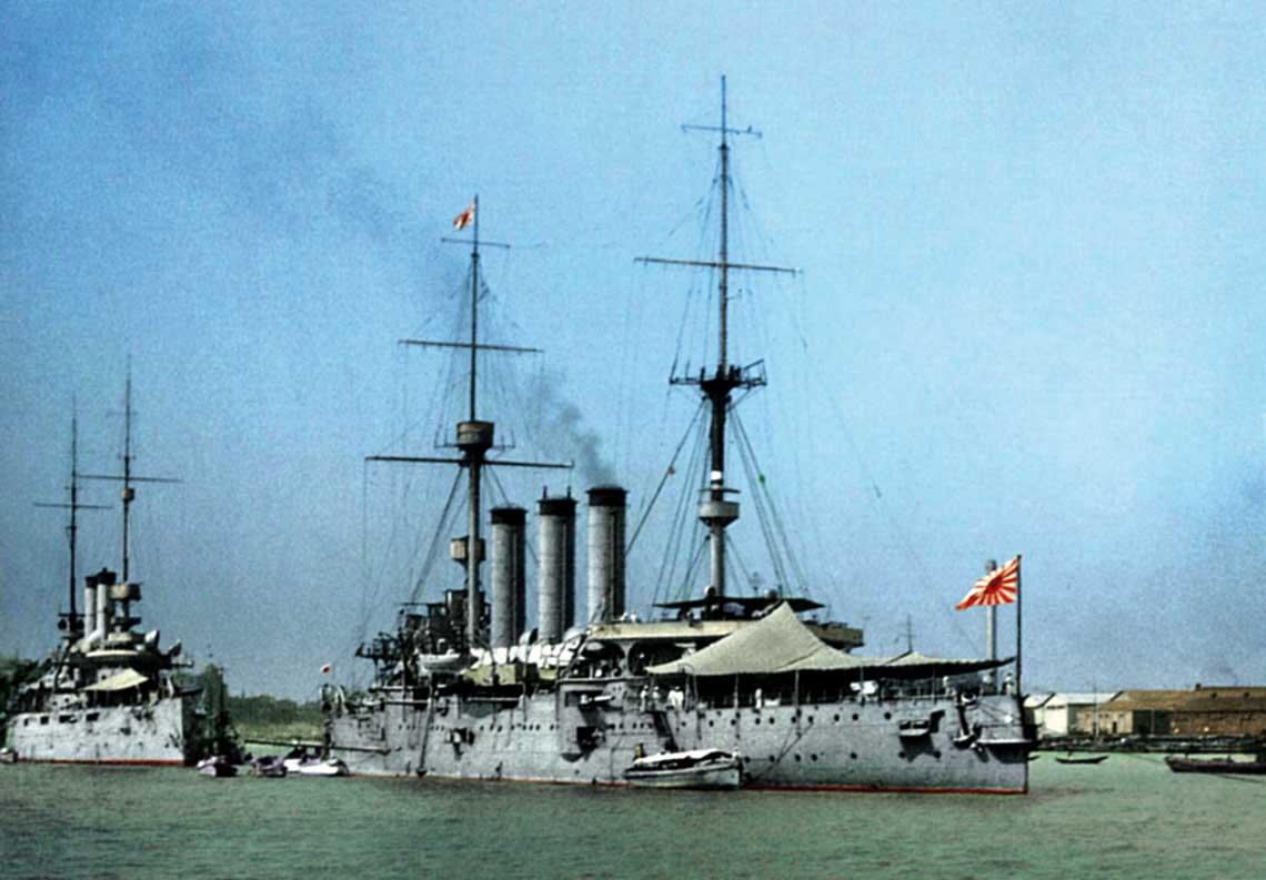 Japoński krążownik Izumo, na rzece Huangpo wSzanghaju w 1932 r. Za nim równie wiekowy amerykański krążownik USS Rochester.
