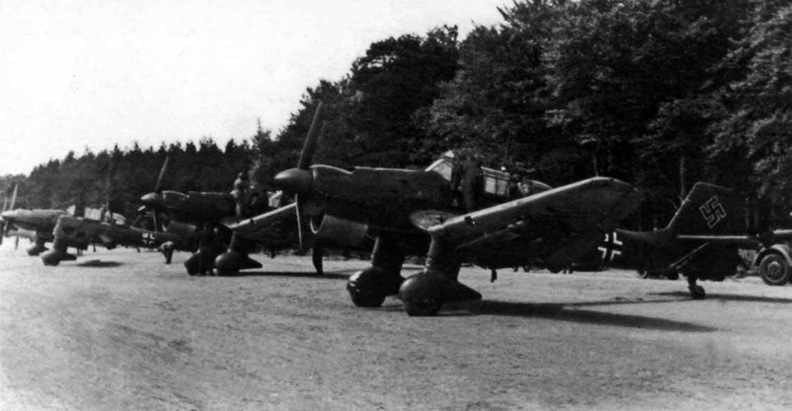 Cztery Ju 87 B-1 ze składu 2./St.G 2 w gotowości do wykonania kolejnego zadania.