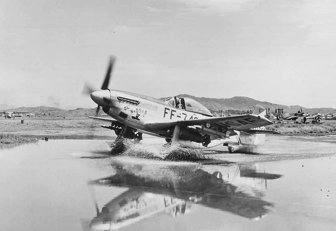 """Lt.Col. Robert """"Pancho"""" Pasqualicchio, dowódca 18. FBG, kołuje swoim Mustangiem o imieniu """"Ol' NaD SOB"""" (Old Napalm Dropping Son of a Bitch – """"stary, zrzucający napalm sukinsyn""""); wrzesień 1951 r. Widoczny na zdjęciu samolot (45-11742) powstał jako P-51D-30-NT i był ostatnim Mustangiem wyprodukowanym wwytwórni North American Aviation."""