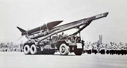 Archiwalne zdjęcie tureckiej wyrzutni rakiet taktycznych MGR-1 Honest John. Zwraca uwagę nazwa własna na prowadnicy rakiety.