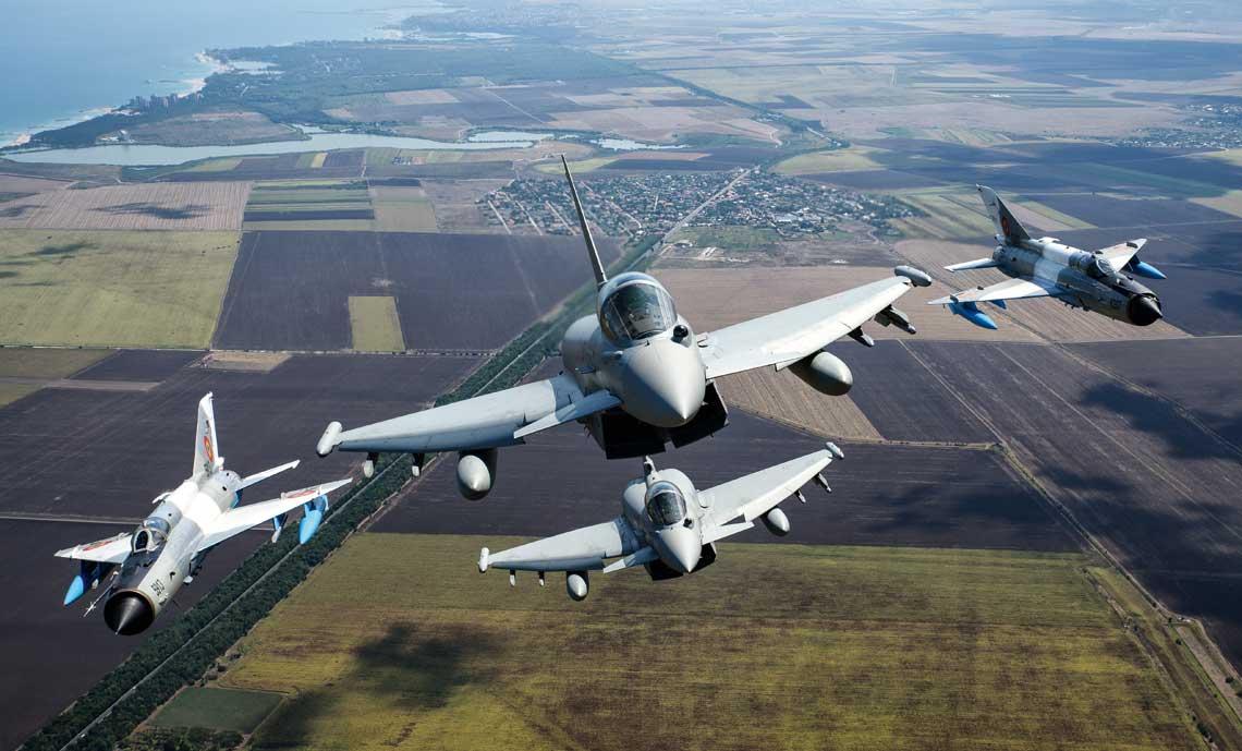 Włoski kontyngent lotniczy wyposażony w samoloty myśliwskie Eurofighter certyfikat do prowadzenia poszerzonej misji dozoru przestrzeni powietrznej Rumunii, razem z rumuńskimi myśliwcami MiG-21, otrzymał 14 maja 2019 r.
