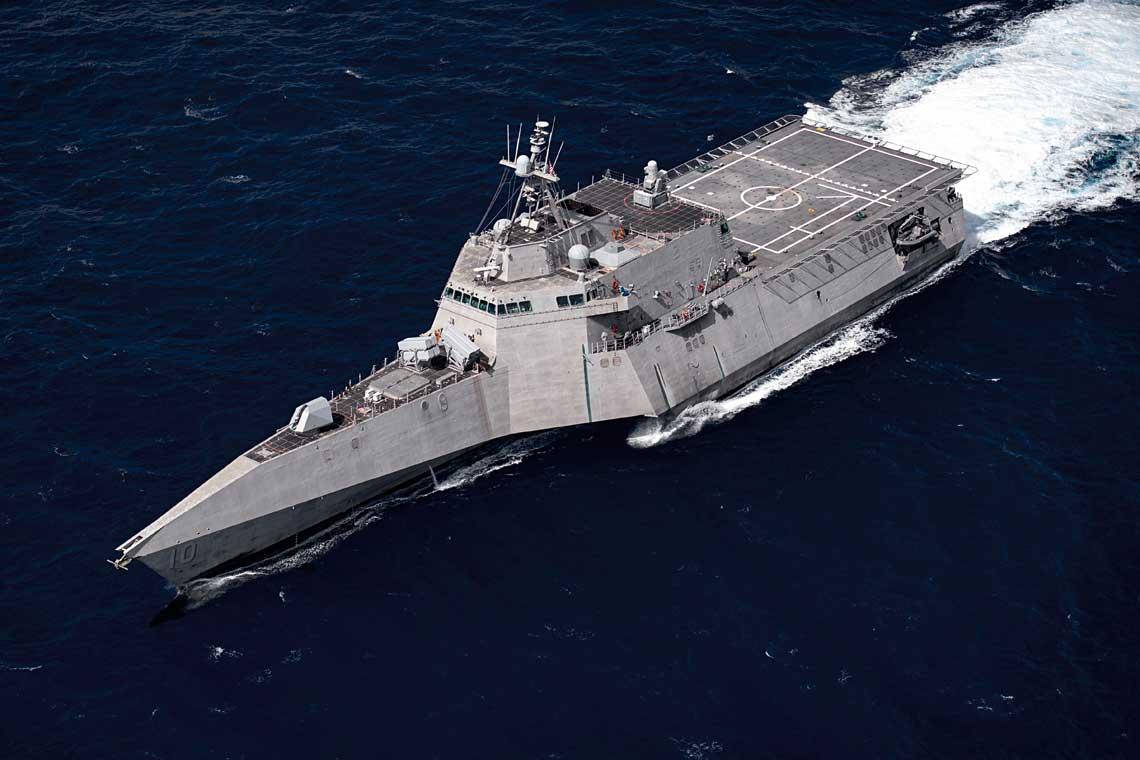 USSCoronado zwyrzutniami RGM-84 Harpoon (góra) iRGM-184 NSM (dół) na pokładzie dziobowym. Seryjne wyrzutnie NSM-ów nie kolidują zdziobowym gniazdem na dodatkowe uzbrojenie, wktórym obecnie można instalować wyrzutnie pocisków AGM-114L.
