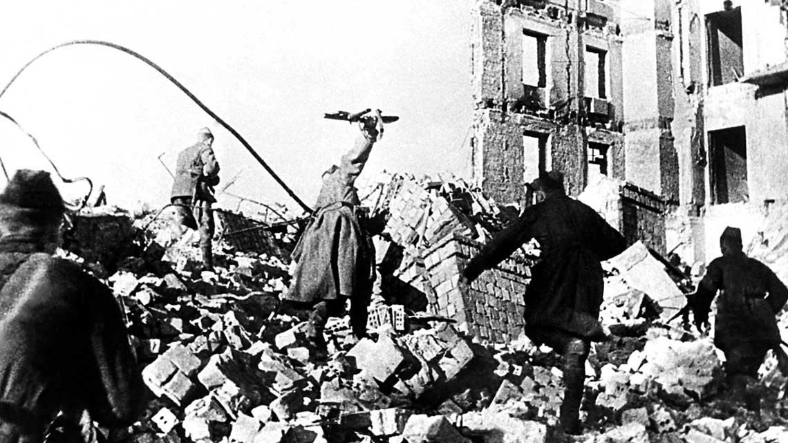 Pomimo ogromnej przewagi Robotniczo-Chłopskiej Armii Czerwonej w ludziach i sprzęcie rozwinięcie natarcia nie było łatwe. Niemcy stawiali zacięty opór broniąc zaciekle każdego miasta ikażdej wsi.