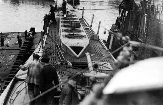 U119 w doku w Kilonii latem 1942r. Z powodu częstych awarii podwodnych stawiaczy min stoczniowcy zwali je bumerangami.