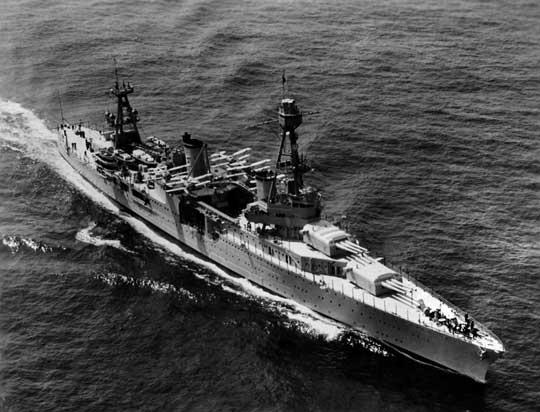 Krążownik ciężki USS Chicago dowodzony przez kmdr. Howarda D. Bode, który jako pierwszy został ostrzelany przez japońskie okręty w bitwie koło wyspy Savo.